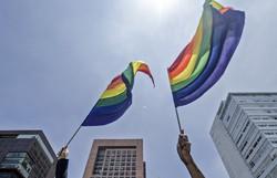 Marcha improvisada do Orgulho Gay reúne milhares de manifestantes em Paris (Foto: Sam Yeh/AFP)