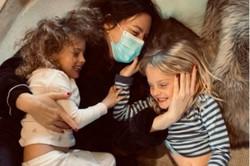 Após isolamento por Covid-19, Liv Tyler posta foto abraçada aos filhos (Foto: Reprodução / Instagram)