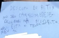 Criança deixa bilhete de desculpas após riscar carro com bicicleta (Foto: Reprodução)
