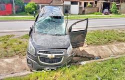 Carro capota e deixa duas pessoas feridas na BR-101  (PRF/Divulgação )