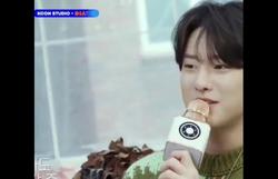 Astro do k-pop canta música de Luan Santana em programa televisivo (Foto: Reprodução/ YouTube)