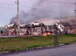 Suspeitos de provocar incêndio que destruiu mais de 70 carros são alvos de operação da Polícia  (Foto: Whatsapp / cortesia)