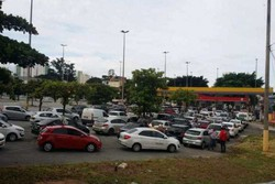Caminhoneiros em greve: Postos de BH estão lotados nesta sexta-feira (Filas de veículos em postos de abastecimentos de Belo Horizonte. Foto: Robson Magalhães/EM/D.A Press)