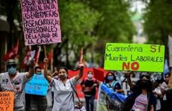 Enfermeiros de Buenos Aires marcham na pandemia por aumento salarial (Foto:  RONALDO SCHEMIDT / AFP)