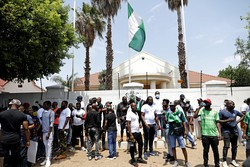 Informações contraditórias sobre vítimas após tiroteio contra manifestantes na Nigéria (Foto: Phill Magakoe / AFP)
