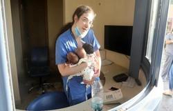 Enfermeira segurando três recém-nascidos emociona fotógrafo após explosão em Beirute (Foto: Xinhua/Bilal Jawich)