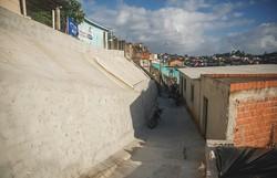Rua de Nova Descoberta recebe muro de contenção, construído em parceria com moradores (Foto: Andréa Rêgo Barros/PCR.)