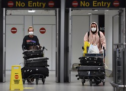 Inglaterra suspende quarentena para viajantes de 50 países (Foto: Oli SCARFF / AFP)