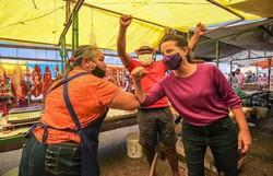 Raquel Lyra começa campanha visitando espaços públicos  da cidade (Raquel Lyra visitou a Feira do Salgado. Foto: Janaína Pepeu/Divulgação)