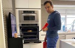 Tadeu Schmidt apaga incêndio na cozinha de casa: 'Num descuido, pode acontecer uma tragédia' (Foto: Reprodução/Instagram)