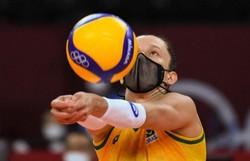 Assim como Lucão, Macris, levantadora da seleção de vôlei, também só joga de máscara (Foto: Yuri Cortez / AFP)