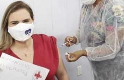 Grávida, Marília Arraes toma a primeira dose da vacina contra Covid-19 (Reprodução/Instagram)