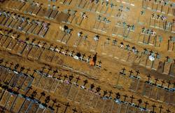 Com 1.349 mortes por Covid-19 em 24h, Brasil bate novo recorde de óbitos (Foto: Michael Dantas/AFP)