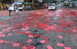 Opositores birmaneses usam tinta vermelha para denunciar repressão (Foto: Handout/Facebook/AFP)