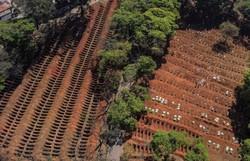 Brasil supera a marca de 100 mil mortos pela Covid-19  (Foto: Nelson Almeida/AFP)
