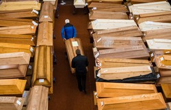 Total de mortos por covid-19 no mundo passa de 3 milhões (JENS SCHLUETER / AFP)