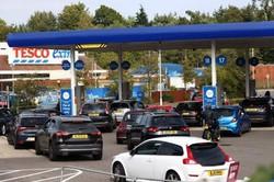 Compras por 'pânico' agravam falta de gasolina no Reino Unido (Foto: Adrian DENNIS / AFP)