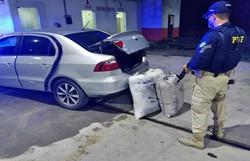 Após ter pneu do carro furado, motorista é detido com 42,5 kg de maconha  (PRF/ Divulgação )