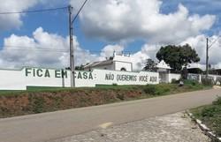 Cemitério na Bahia pinta muro com a mensagem: 'Fique em casa! Não queremos você aqui' (Foto: Reprodução/Facebook)