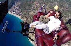 Turco faz voo de parapente improvisado em um sofá; assista (Foto: Reprodução)