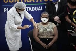 """Técnica em enfermagem é a primeira pernambucana imunizada contra a Covid-19: """"emocionada"""" (Foto: Arnaldo Sete/ Esp. DP Foto)"""