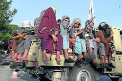 Talibãs exibem corpos de sequestradores em cidade no Afeganistão (Foto: Wakil Kohsar/AFP)