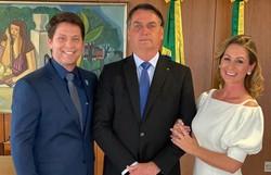 Mario Frias tem posse simbólica ao lado de mulher, Bolsonaro e políticos (Foto: Reprodução/Instagram)
