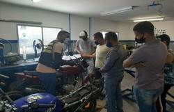 Curso gratuito para entregadores de direção defensiva e manutenção de motos  (Foto: Grau Profissionalizante/Divulgação.)