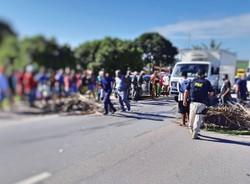 Moradores de Igarassu interditam a BR-101 protestando por mais segurança  (Foto: Reprodução/PRF.)