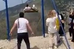 Mulheres despencam de balanço a 2 mil metros de altura e sobrevivem (Foto: Reprodução/ Twitter)