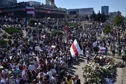Milhares de manifestantes protestam na capital de Belarus (Foto: Sergei GAPON / AFP)