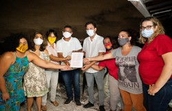 Mulheres do Psol de Olinda entregam documento  a candidato a prefeito pelo PDT, Guto Santa Cruz (O documento foi entregue ao candidato Guto Santa Cruz. Foto: Mariana Leal/Divulgação)