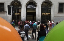 Auxílio Brasil: Bolsa despenca e dólar chega a R$ 5,69 (Foto: Hugo Arce/Fotos Públicas)