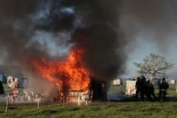 Escavadeiras destroem moradias improvisadas na principal ocupação de terras na Argentina (FOTO; AFP)