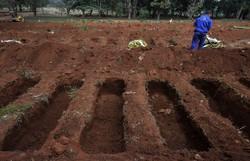 Número de enterros sobe desde janeiro em SP; em abril, alta foi de 50% (Foto: NELSON ALMEIDA / AFP)
