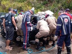 A colisão deixou dois mortos e três feridos, na PE-60, em Ipojuca (Foto: Cortesia/WhatsApp)