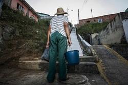 Moradores há quatro anos sem água, em Águas Compridas, compram no comércio de água que a comunidade criou ( Fotos: Paulo Paiva / DP.)