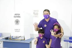 Padilha vota acompanhado pela esposa e os três filhos ( Jonson Pereira/ Divulgação)