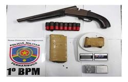 Suspeito de tráfico de drogas e porte ilegal de arma é preso em Olinda (Foto: PM/ Divulgação)