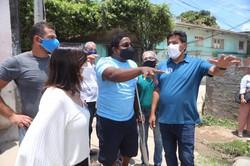 Mendonça começa campanha visitando comunidade carente e fazendo adesivaço no comitê (Foto: Divulgação)