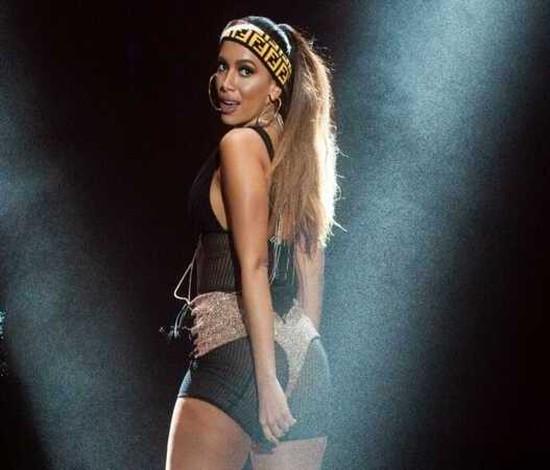 Anitta se apresenta no Festival Latinos Unidos neste sábado (Reprodução)