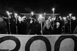 Com tochas e máscaras, grupo de extrema-direita protesta em frente ao STF (Foto: Twitter/Reprodução)