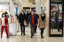 OMS recomenda uso de máscara em lugares fechados e mal arejados (Foto: Niklas HALLE'N / AFP)