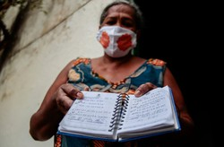 Com água escassa, moradores do Sítio Histórico apelam para bica e água mineral (Foto: Arnaldo Sete / Esp. DP Foto)