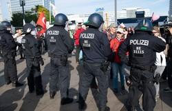 Na Alemanha, protesto contra restrições da pandemia tem disparo em prédio da saúde (Foto: AFP)