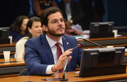 Túlio Gadêlha apresenta projeto para proibir comícios e aglomerações na  eleição deste ano (O deputado Tulio Gadelha apresentou a proposta nesta quinta-feira. Foto: Divulgação)