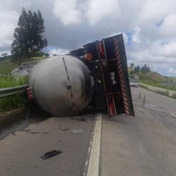 Caminhão tomba na BR-101, em Água Preta (PRF/Divulgação)