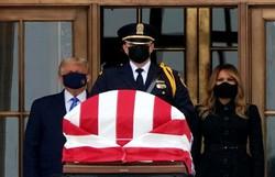 Trump é vaiado ao prestar homenagem à juíza Ginsburg na Suprema Corte (Foto: AFP)