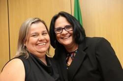 Secretária surda é barrada em solenidade do Dia da Pessoa com Deficiência (Priscilla Gasparn ao lado da ministra Damares. Foto: Reprodução/Redes Sociais)