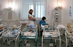 Pandemia impede que pais chineses conheçam filhos de barriga de aluguel (Foto: Sergei Supinsky/AFP)